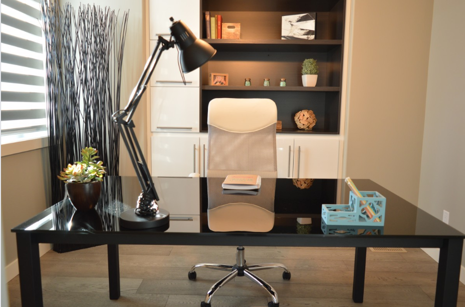 5 Tips for Decorating Your Office Desk
